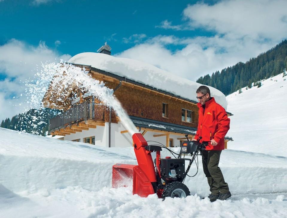 Мотоблок для вспашки земли и уборки снега